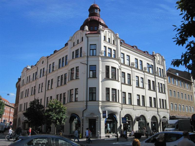 Det ståtliga huset på Södra förstadsgatan 6 med vitputsad fasad efter fasadrenovering