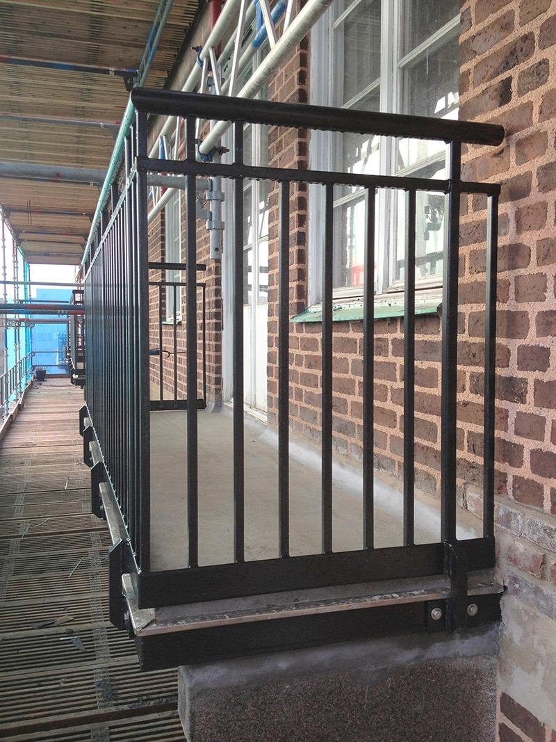 En av balkongerna som fått nya räcken i gammal stil