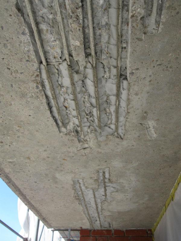 Steg fyra vid betongrenovering. Skadorna fylls igen.
