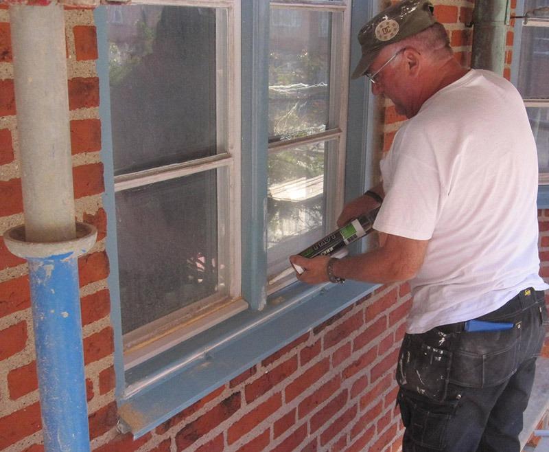 fönstren på föreningsgatan 73 renoveras