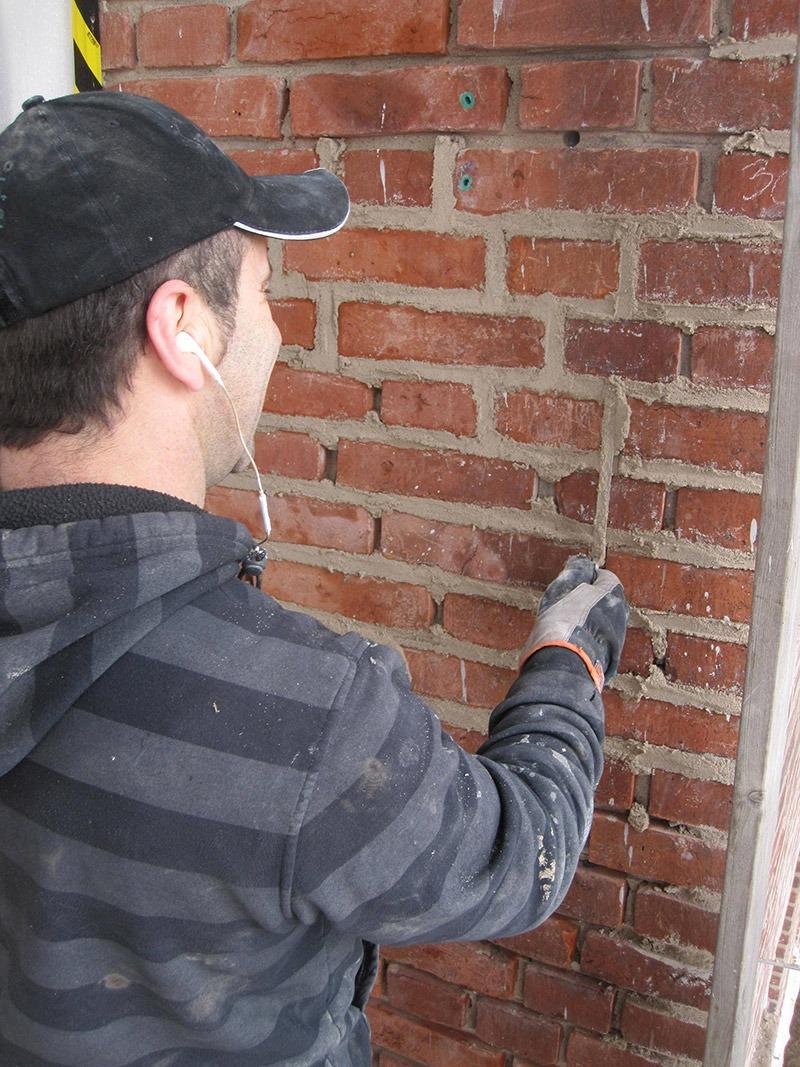 En av murarna fogar med fogbrätt