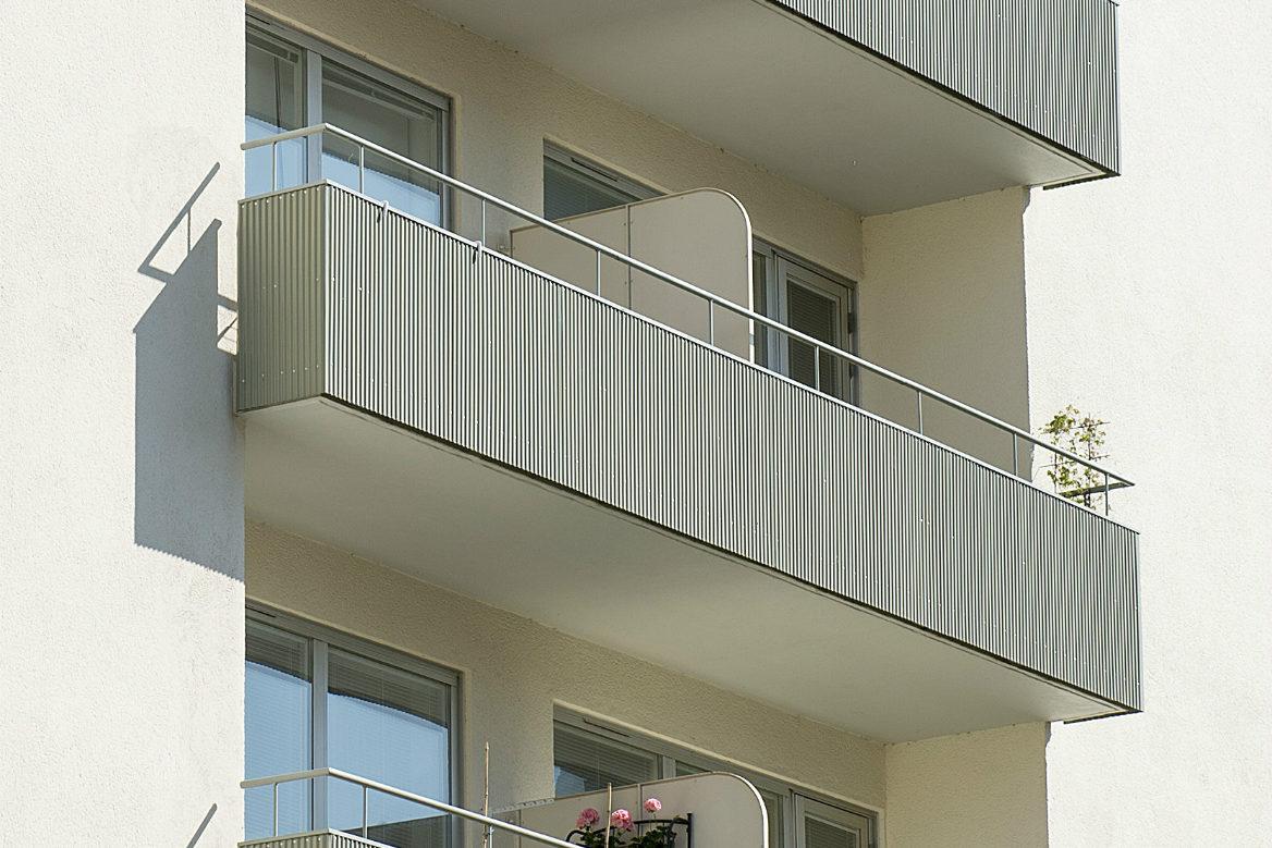 Grå balkonger vid balkongrenovering på Limhamnsvägen i Malmö