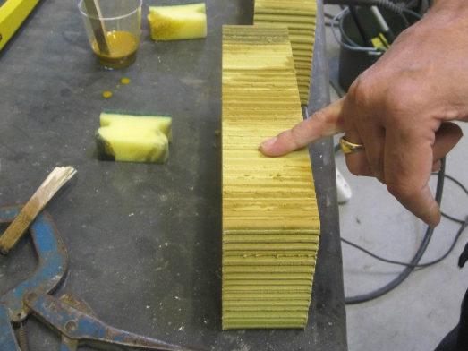 Gul tegelsten som betsas för att passa ihop med resten av väggen