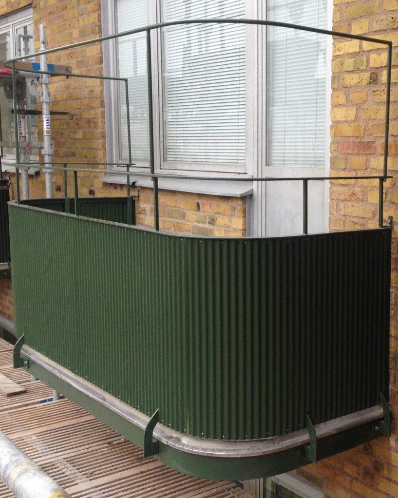 Grön balkong mot gul telgelfasad i samband med balkongrenovering