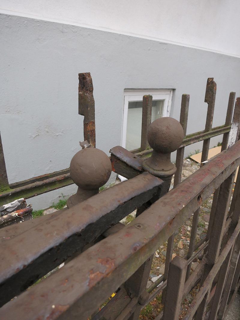 gamla balkongräcken med knopp