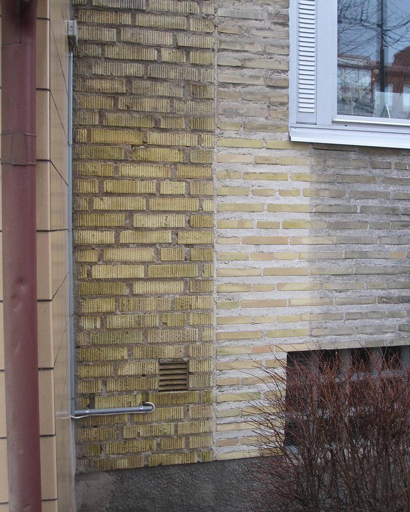närbild som visar fasaden efterprovtvätt i förhållande till hur den såg ut innan