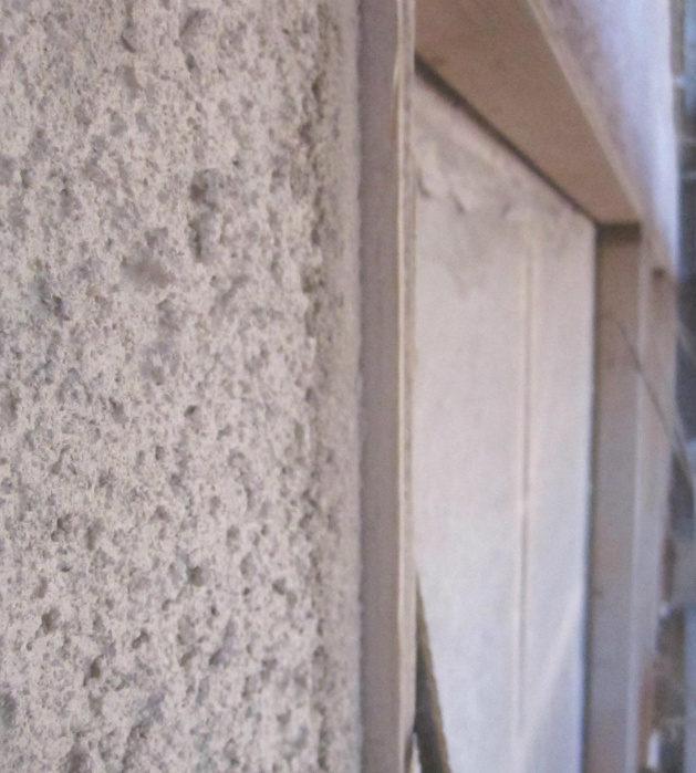 Närbild på den grundade fasaden vid fasadrenoveringen