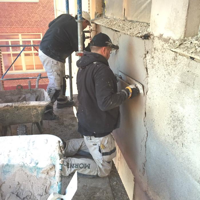Utstockningsarbetet utförs för hand under fasadrenovering i helsingborg