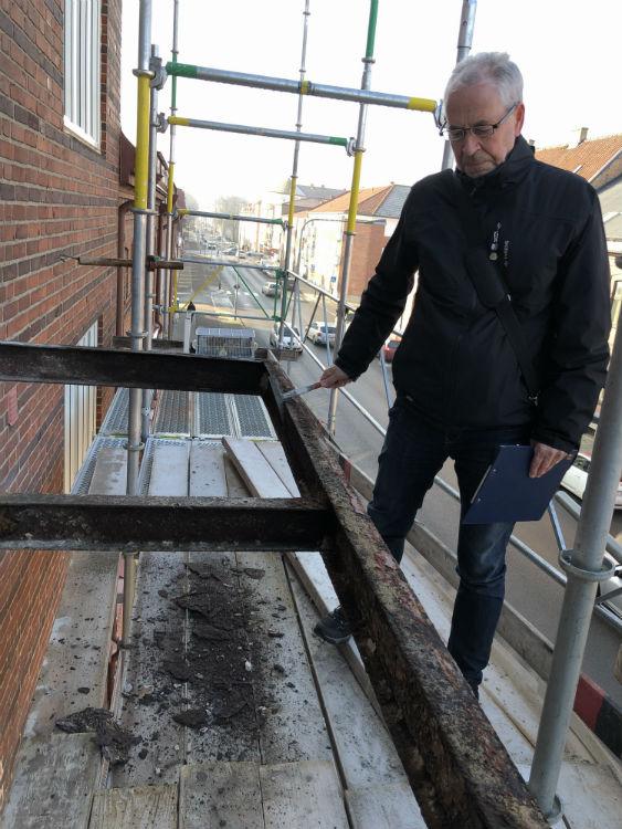 Konstruktören inspekterar rambalkskonstruktionen
