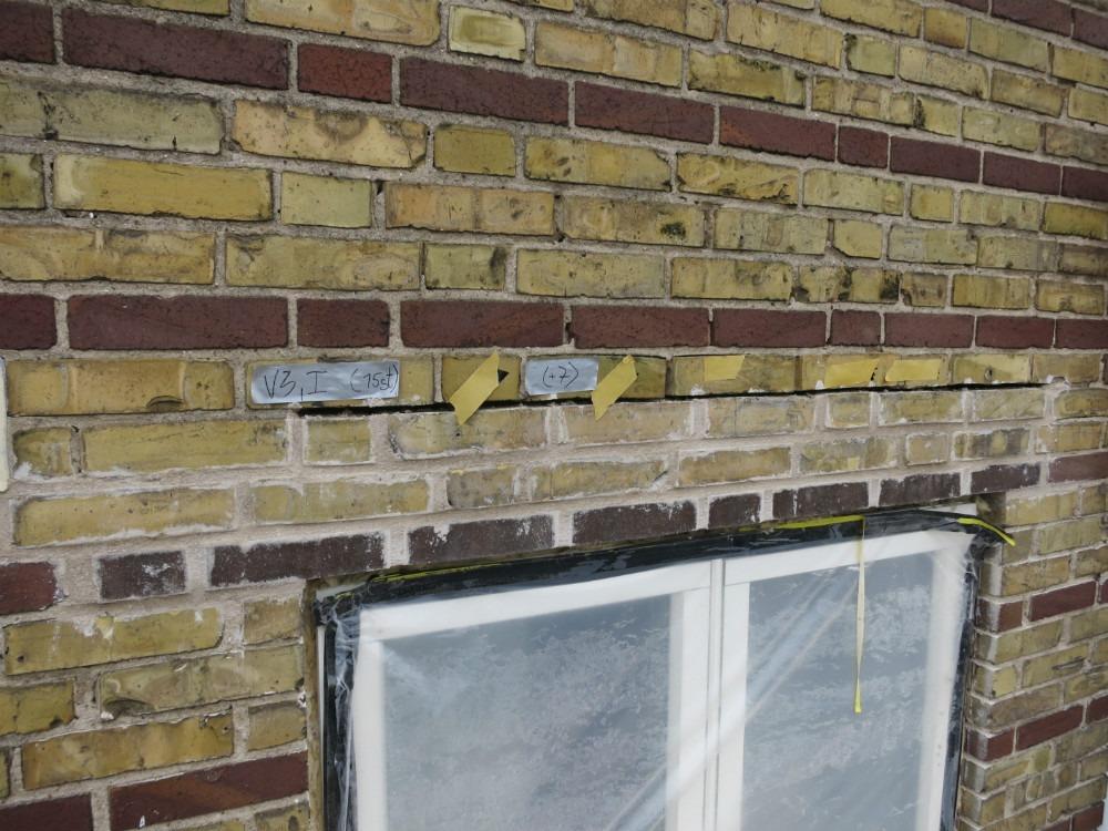 Ett av fönsterpartierna efter renovering av tegelbalk